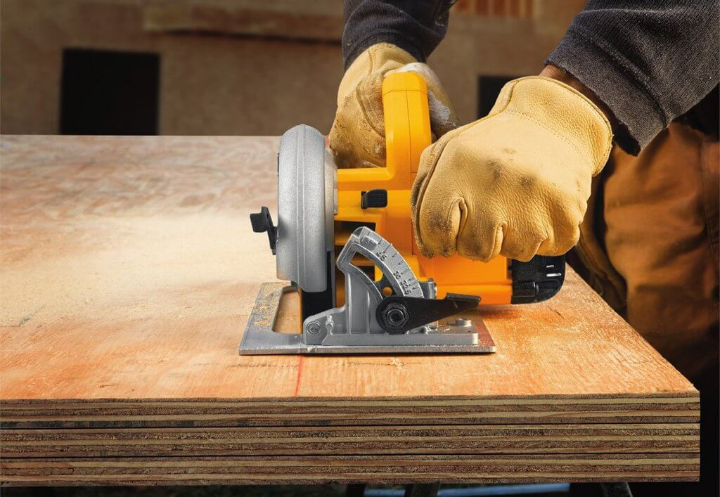 Dewalt DWE575K Lightweight Circular Saw on plywood