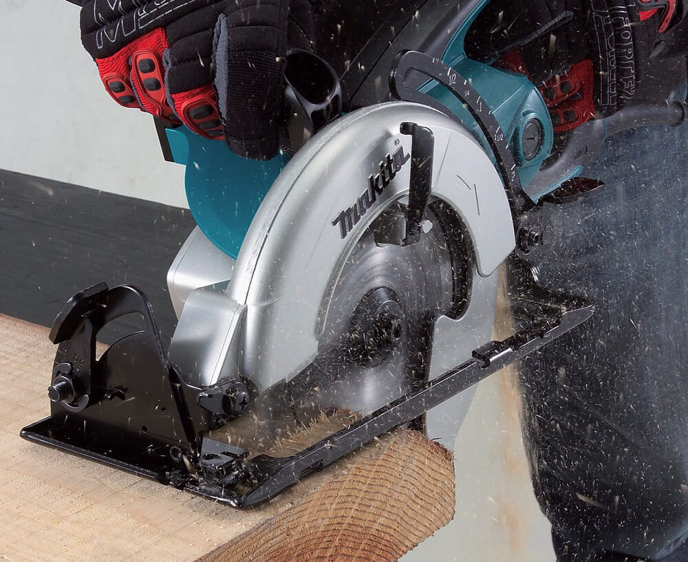 Makita 5477NB Hypoid Saw in action