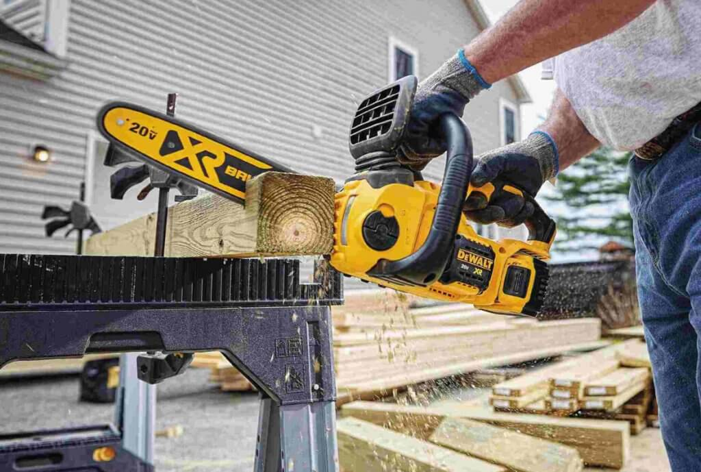 DEWALT DCCS620P1 Compact Electric Chainsaw cutting 4 by 4