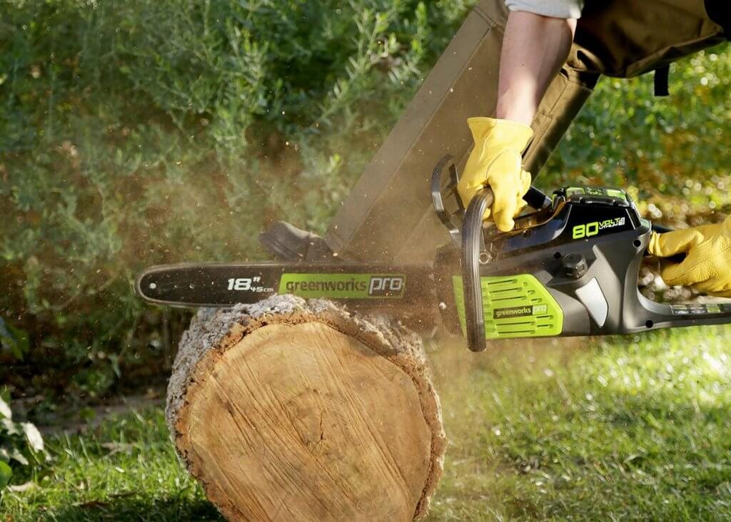 Greenworks Pro 18-Inch Chainsaw cutting big log