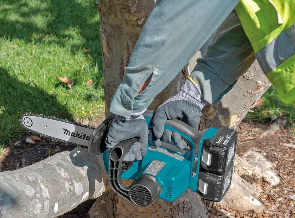 Makita XCU02PT Electric Chainsaw cutting a branch