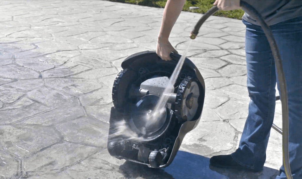 Cleaning the Husqvarna AUTOMOWER 115H