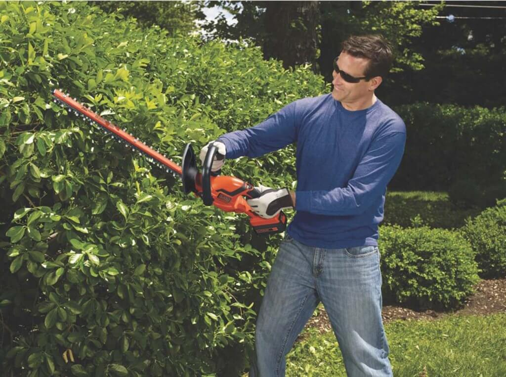 BLACK+DECKER LHT2436 in the garden