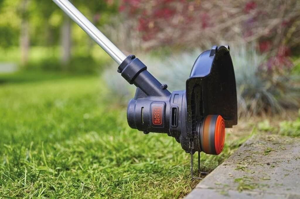 BLACK+DECKER String Trimmer Edger 13-Inch, 5-amp ST8600 cutting on the edge of the lawn