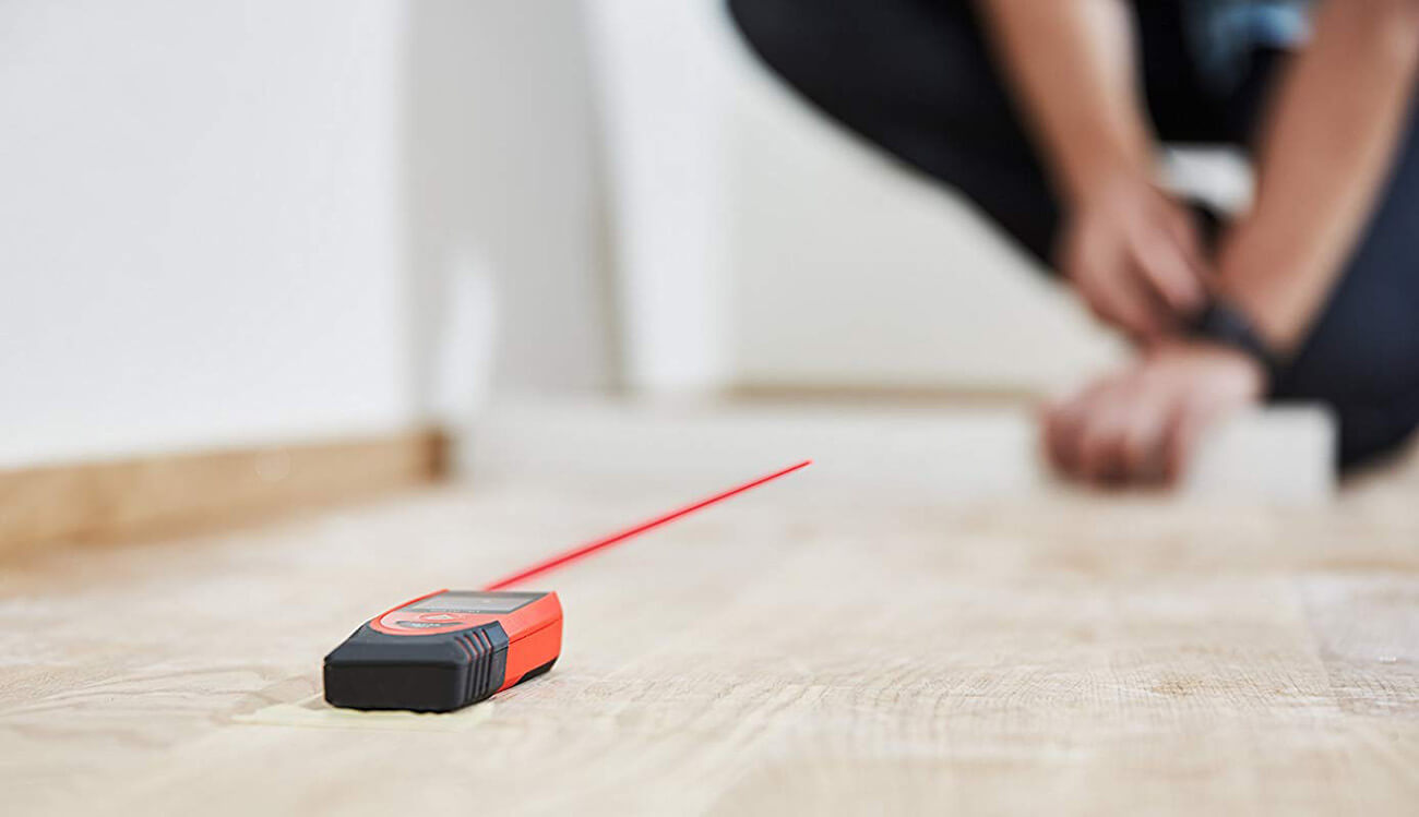 laser measuring tool used for measuring room length